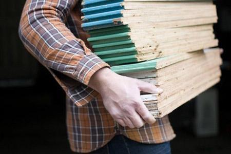 Nguyên liệu làm chiếc giá là các thanh gỗ có kích thước bằng nhau.